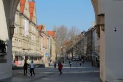 Blick durch das Karlstor in die Fußgängerzone